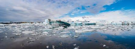 Vista maravillosa de la laguna del glaciar, Jokulsarlon, en Islandia del sur imagenes de archivo