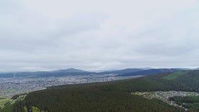 Vista maravillosa de las montañas bajas y de la ciudad detrás de ellas metrajes