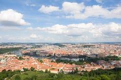 Vista maravillosa a la ciudad de Praga de la torre de observación de Petrin en República Checa Foto de archivo libre de regalías