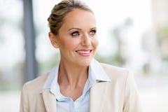 vista meados de da mulher de negócios da idade foto de stock