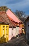 Via pavimentata medievale in Sighisoara, la Transilvania. fotografie stock
