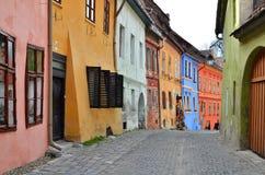 Vista medioevale della via in Sighisoara, Romania fotografie stock libere da diritti