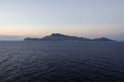 Vista Mediterranea dell'isola dal mare Immagini Stock