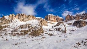 Vista meravigliosa alle dolomia nevose e soleggiate, alpi Fotografie Stock Libere da Diritti
