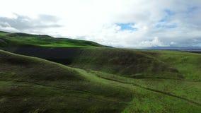 Vista meravigliosa del paesaggio da sopra su ampie superficie a pascolo e colline archivi video