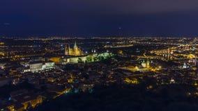 Vista meravigliosa del timelapse di notte alla città di Praga dalla torre di osservazione di Petrin in repubblica Ceca stock footage