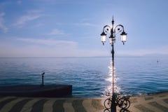 Vista minimalista del lago Garda foto de archivo