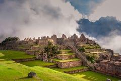 Vista mistica sulle rovine della città di Machu Picchu coperte di nebbia fotografia stock libera da diritti