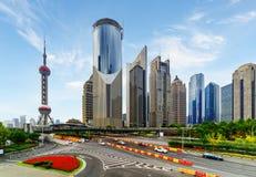 Vista moderna de rascacielos en la avenida del siglo, Shangai, China Foto de archivo libre de regalías