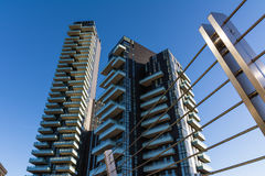Vista moderna del ponte di Milan Italy Apartment Building Skyscrapers ex immagini stock libere da diritti
