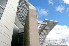 Vista moderna della costruzione da sotto Fotografie Stock Libere da Diritti