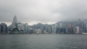 Vista moderna delle costruzioni dal porto di Victoria in punto di riferimento di Hong Kong stock footage