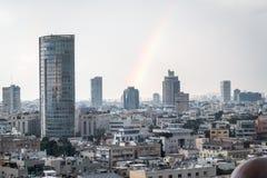 Vista moderna di paesaggio urbano con l'arcobaleno Fotografie Stock Libere da Diritti