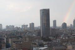 Vista moderna di paesaggio urbano con l'arcobaleno Fotografia Stock