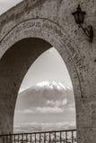 Vista monocromatica del vulcano Misti, Arequipa, Perù fotografia stock libera da diritti