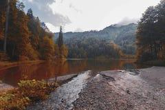 Vista morbida del paesaggio di autunno del lago black di Karagol immagini stock