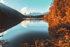 Vista morbida del paesaggio di autunno del lago black di Karagol fotografie stock