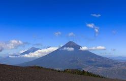Vista na água e nos vulcões de Fuego Fotos de Stock