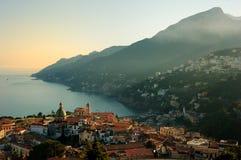 Vista na égua de Vietri Sul e na costa de Amalfi imagem de stock