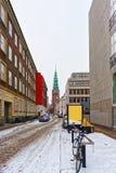 Vista na antiga igreja de São Nicolau em Copenhaga no inverno imagem de stock
