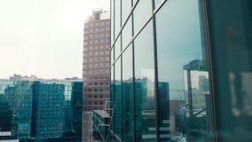 Vista na arquitetura da cidade da construção do arranha-céus do vidro com Windows panorâmico vídeos de arquivo