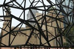 Vista na arquitetura mouro do renascimento através da construção de aço moderna de Ian Potter Center em Melbourne, Austrália fotos de stock