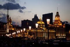 Vista na barreira de Shanghai iluminada no crepúsculo Imagens de Stock Royalty Free
