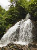 Vista na cachoeira nas horas de verão imagens de stock