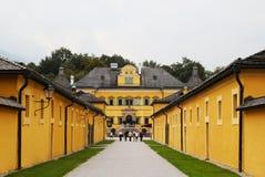 A vista na casa amarela e na grama verde no parque Fotos de Stock