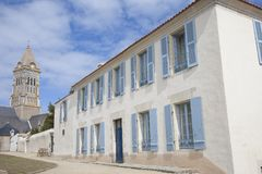 Vista na casa tradicional na ilha de Noirmoutier em França com paredes brancas e bl Fotos de Stock