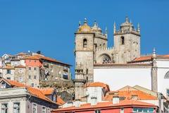 A vista na cidade antiga de Porto com Sé faz Porto como o fundo fotografia de stock royalty free