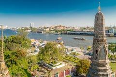 Vista na cidade com Wat Arun, o Temple of Dawn ao longo de Chao Praya River Imagens de Stock