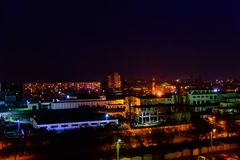 Vista na cidade da meia-noite Kremenchug, Ucrânia fotografia de stock