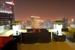 A vista na cidade de Dubai do arranha-céus na iluminação da noite Imagens de Stock Royalty Free