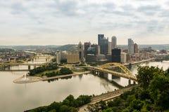 Vista na cidade de Pittsburgh da montagem Washington imagens de stock