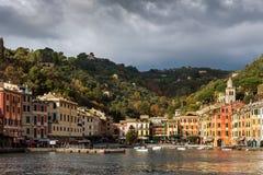 Vista na cidade de Porttofino com a arquitetura da cor, situada entre montanhas no italiano Liguria, Itália Foto de Stock Royalty Free