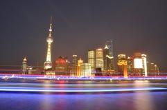 Vista na cidade de Shanghai na noite foto de stock royalty free