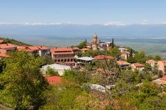 Vista na cidade de Sighnaghi e nas montanhas caucasianos, Geórgia Foto de Stock Royalty Free