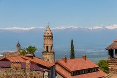 Vista na cidade de Sighnaghi e nas montanhas caucasianos, Geórgia Foto de Stock
