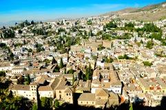 Vista na cidade e em montanhas velhas imagem de stock royalty free