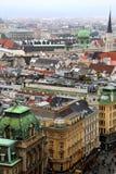A vista na cidade e nos telhados das casas foto de stock