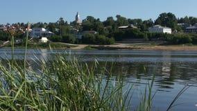 Vista na cidade pequena do russo do beira-rio vídeos de arquivo