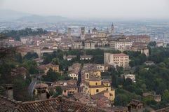 Vista na cidade velha de Bergamo de San Vigilio Hill Italy Foto de Stock
