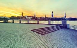 Vista na cidade velha de Riga com renovação da igreja da abóbada, Letónia Imagem de Stock Royalty Free