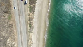 Vista na Costa do Pacífico e a estrada e casas pequenas de cima de video estoque
