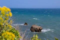 Vista na costa selvagem do Mar Negro recurso da costa em Crimeia, mar foto de stock