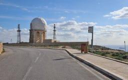 Vista na estação de radar 'IL Ballun perto dos penhascos de Dingli em Malta em um dia ensolarado claro Obstrói-se no primeiro pla fotografia de stock royalty free