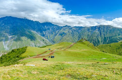 Vista na estrada à igreja pequena nas montanhas com Foto de Stock Royalty Free