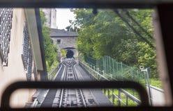 Vista na estrada de ferro do cabo da cabine de teleférico movente Foto de Stock Royalty Free