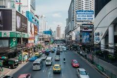 Vista na estrada ocupada de Phetchaburi em Banguecoque, Tailândia fotos de stock